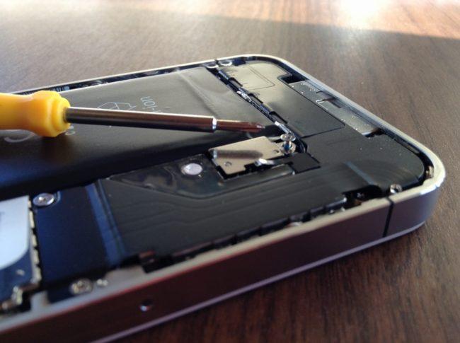 iPhone4のバッテリー付近のネジ