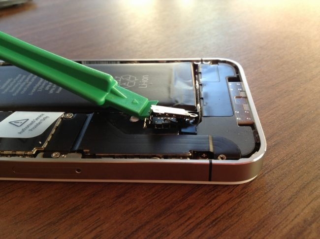 iPhone4の電池接続部分