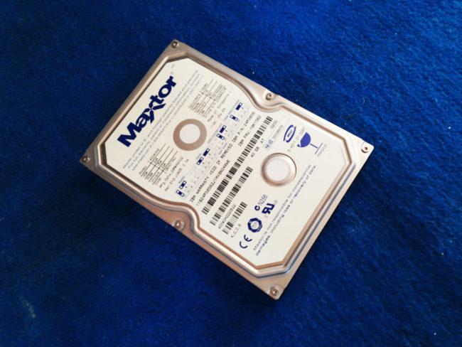 PCケースから取り出したハードディスク