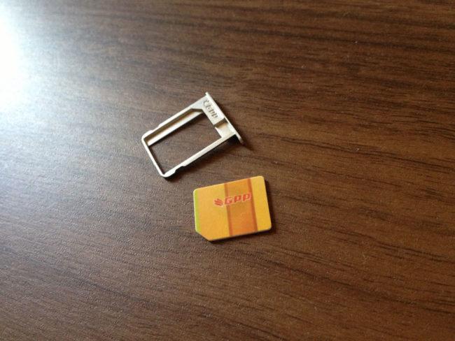 SIMトレイとアクティベーションカード