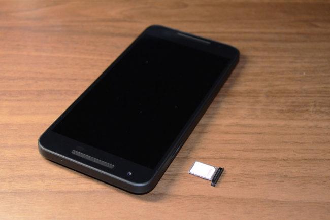 Nexus5XにSIMを入れる